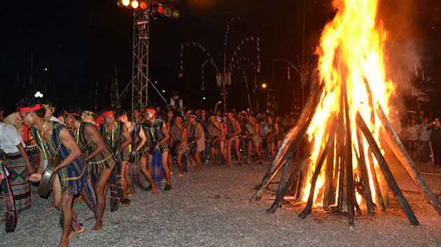 đốt lửa trại tour giao lưu cồng chiêng tây nguyên Đà Lạt
