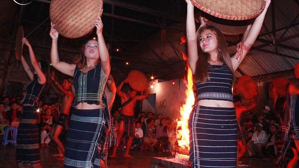 những cô gái múa trong đêm giao lưu văn nghệ tour giao lưu cồng chiêng
