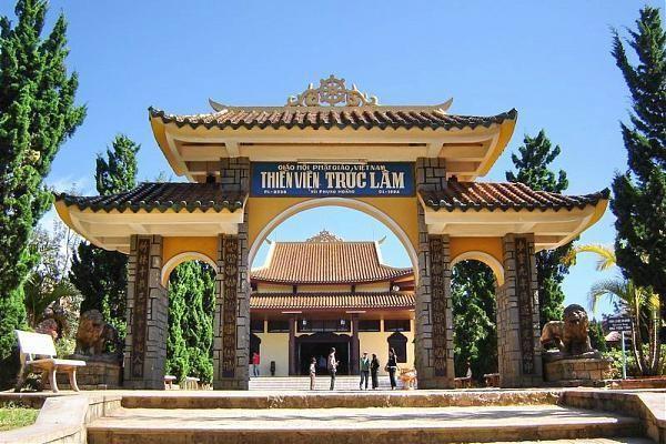 tham quan Thiền viện trúc lâm trong tour nội thành Đà Lạt