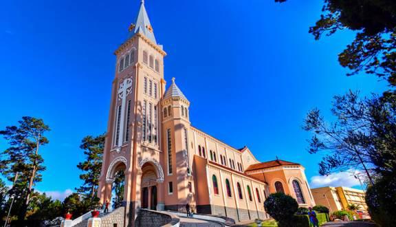 Tham quan nhà thờ con gà Đà Lạt trong tour nội thành Đà Lạt