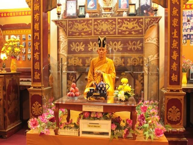 Tượng sáp tại chùa Linh Phước