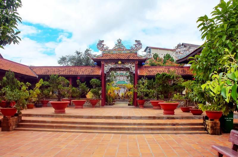 khu tháp cao chùa Linh Sơn