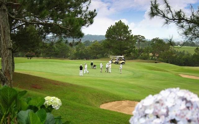 sân golf đông người