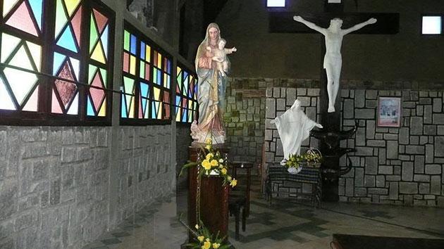 không gian bên trong nhà thờ cam ly